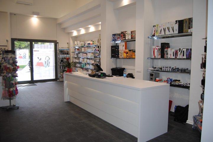 Arredamento negozio parrucchiere arredamento per negozio for Arredamento estetista